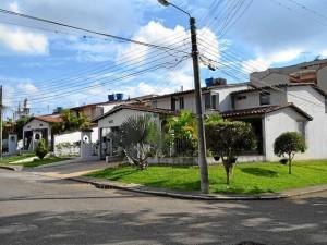 Las casas construidas en los alrededores del conjunto que dio origen al nombre del barrio, son diseños con garaje como entrada principal.