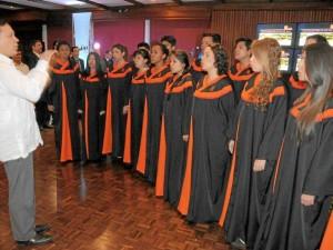 El coro está conformado por 16 hombres (ocho te-nores y ocho bajos) y 16 mujeres (ocho sopranos y ocho contraltos).