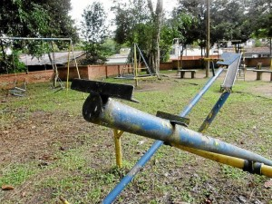 Aunque el parque de Pan de Azúcar se podó hace poco, hace falta mantenimiento a los juegos infantiles.