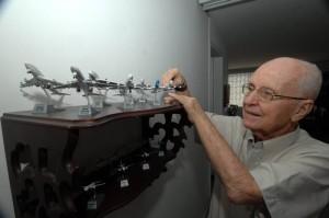 El santandereano sabe las características de cada uno de sus aviones de colección.