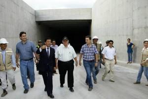 El alcalde Luis Francisco Bohórquez revisó primero la obra y luego dio apertura.