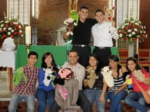 El sacerdote Harvey Lizarazo, una religiosa, seminaristas, catequistas e integrantes del grupo juvenil hacen los libretos de títeres de cada domingo.