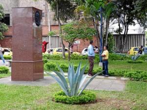 El monumento, en el centro del parque, tiene un mensaje de San Josemaría Escrivá.