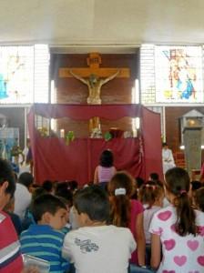 El escenario es monta-do frente al altar, a donde acuden los niños para observar la obra con más precisión y claridad.