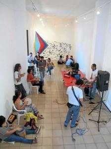 Foto de Nicolás Cadavid Cáceres durante la primera activación en el Museo de Arte Moderno de Bucaramanga, titulada 'Arremolinados', a cargo del cucuteño Orlando Rojas.