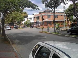 En esta esquina de la avenida González Valencia se hará cruce a la izquierda para tomar la carrera 33 y llegar al viaducto La Flora.