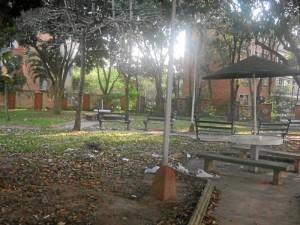 El parque está invadido por indigentes quienes además dejan basuras constantes en las zonas verdes.