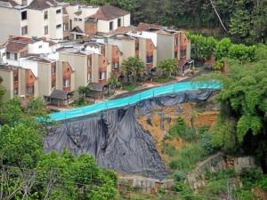 Los habitantes de Montemayor se enfrentan al peligro diario de un deslizamiento.