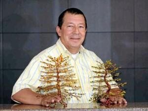 Árboles de diversos colores, texturas y tamaños son elaborados manualmente por Octavio.