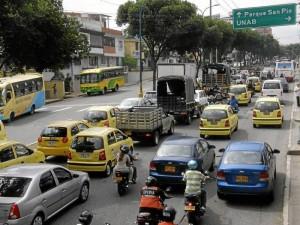 En la actualidad en la carrera 33 se forman dos carriles para llegar al semáforo que da vía hacia la calle 62.