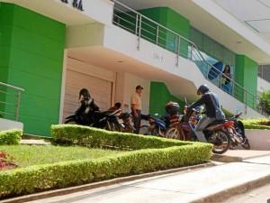 La residente se queja también por el estacionamiento de motos en los andenes. (Fotos Jaime Del Río.)