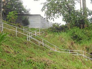 Los residentes deben pasar por el lado de la caseta en su camino de las escaleras hacia la carrera 40.