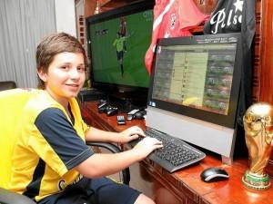 Juan Manuel Aguirre tiene 13 años y desde ya se prepara para ser periodista deportivo.