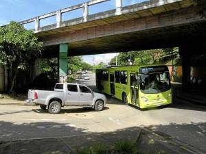 Esta intersección en el sector del viaducto La Flora y quienes van de la calle 67 hacia la carrera 33 es cada vez más crítica. (Fotos Javier Gutiérrez )