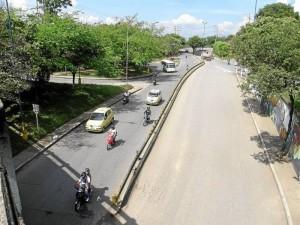 La mayoría de tráfico en este punto proviene del semáforo de la calle 67 con carrera 30, frente al parque de Las Hormigas, y de la carretera antigua.