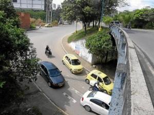 Los carros que van de La Flora hacia Hipinto deben esperar varios minutos el paso de otros conductores que vienen del sur.
