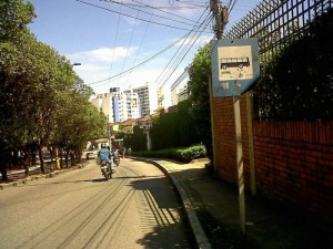 En la transversal oriental, a la entrada de Boulevar del Cacique.