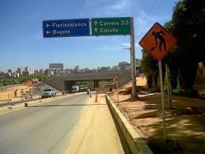 Cabe destacar que las obras del Intercambiador Vial de Neomundo están bien señalizadas para los conductores de vehículos y motos.