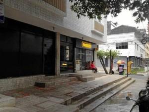 La imagen enviada por el lector muestra el andén mojado luego de asear el sitio.