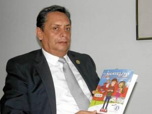 El profesor e investigador Manuel Galán Amador, editó un texto que se convierte en herramienta de consulta. (Fotos Jaime Del Rio).