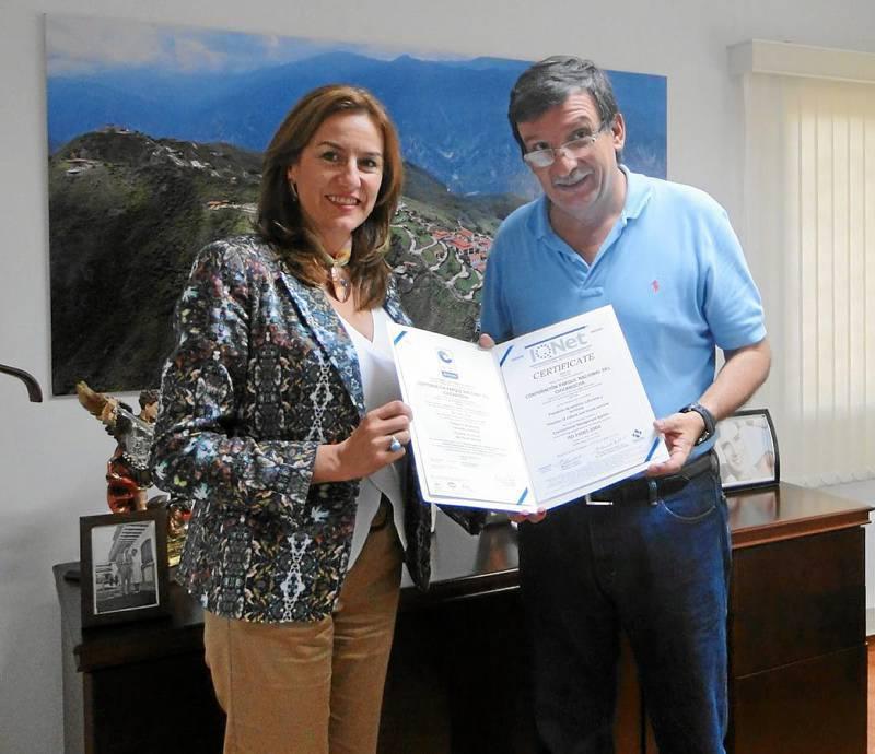 María Zulema Vélez Jara, directora ejecutiva de Icontec y Carlos Fernando Sánchez Aguirre, director ejecutivo de la Corporación Parque Nacional del Chicamocha.