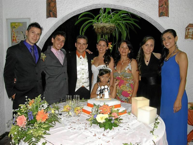 Carlos Márquez, Álvarez Márquez, los novios Gildo Danubio Melero y Luz Estela Márquez Villamizar, la niña María Paula Márquez, Zorai-da Villamizar viuda de Márquez, Leonela Agüero y Andrea Carolina Solano.