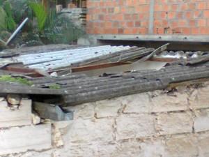 A una casa se le rompió el techo con los objetos que caen de la obra.