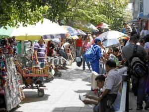 Día a día crece notoriamente el número de vendedores ambulantes en varios puntos de Cabecera, uno de ellos es este de la carrera 33 entre calles 48 y 51.