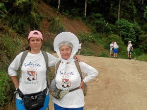 Doña Ana Teresa junto a su hija asisten a las caminatas cada semana