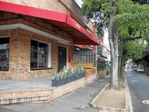 Dos establecimientos comerciales de la calle 48 con 34 fueron cerrados por la Alcaldía de Bucaramanga. ( Foto Nelson Díaz)