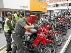 Las motos mal estacionadas fueron trasladadas a los patios de la Dirección de Tránsito de Bucaramanga. ( Foto Nelson Díaz )