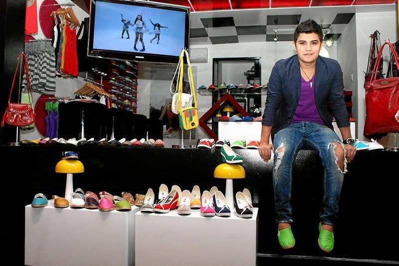 Sergio Serrano es un empresario del calzado juvenil y colorido de la ciudad. (Foto Mauricio Betancourt )