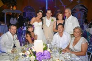 La pareja de novios con familiares y amigos en la recepción en Cartagena.