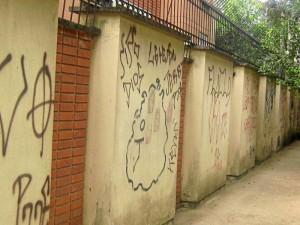 Repletos de grafitis, así estaban las paredes antes de la jornada del sábado.