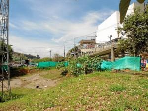 En este espacio aledaño al puente peatonal, ubicado a pocos metros del almacén Éxito, estaría el parqueadero del estadio La Flora.