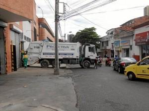 En la foto se observa el camión atravesado y obstaculizando el paso de más vehículos.
