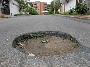 Este es el desnivel entre el pavimento y una alcantarilla, en Pan de Azúcar. Javier Gutiérrez / GENTE DE CABECERA