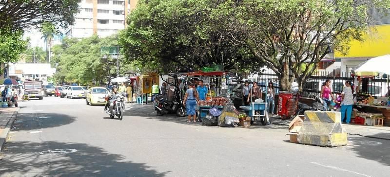 La calle 51 frente al almacén Éxito es una de las que más afectadas por las ventas, al punto de ofrecerle al cliente verduras como cebolla y tomate en bolsas. (Fotos Tatiana Celis).