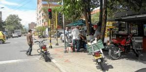 Además de las motos mal estacionadas (en plena vía y en el andén) los peatones que van por la calle 51 con carrera 35A esquina se encuentran con esta venta de comidas.