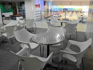 Las mesas y sillas adjuntas a las pistas también son nuevas. Este espacio se mezcla con la mesa de billar que también fue renovada.