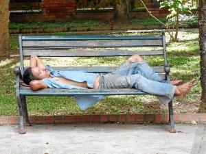 No pasaron cinco minutos de la partida del parque Conucos de los policías y la primera dama cuando llegó el primer indigente a darse una siesta. ( Foto Nelson Díaz )