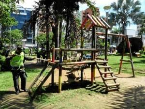 Aunque se limpiaron los juegos de niños, hace falta mantenimiento de algunos de ellos.