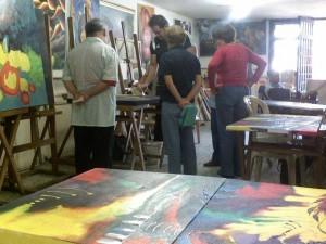 Al pintor le gusta compartir con sus alumnos experiencias personales y profesionales.