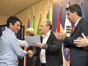 Recibiendo la mención del gobernador de Resistencia, Argentina.