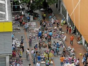 Las ventas ambulantes son el pan de cada día en Cabecera.