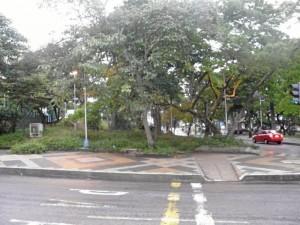 Esta es la esquina que se ha convertido en inodoro público del parque San Pío.