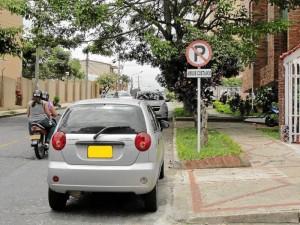 Con la foto enviada por Javier Andrés Guerrero denuncian carros mal estacionados sobre la carrera 45, en La Floresta.