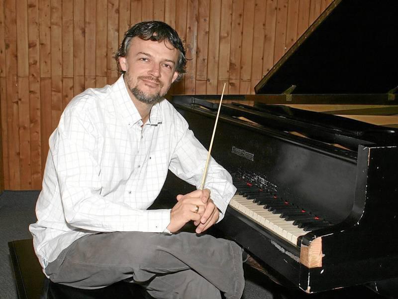 Rubén Darío Gómez Prada actualmente es el director invitado de la Orquesta Sinfónica de la Unab.