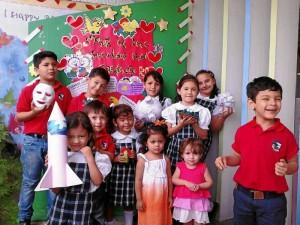 Suministrada /GENTE DE CABECERA Los niños del Gimnasio Monte Cantabria celebran la semana cultural.
