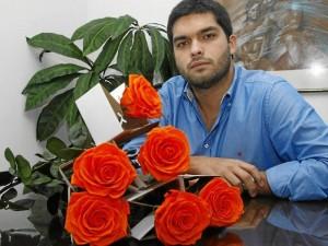 Juan Sebastián Franco se le midió en Bucaramanga al negocio de las flores preservadas. Si desea ver la variedad de posibilida-des puede visitar la pági-na www.flordeco.com.co